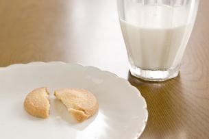 牛乳とクッキーの写真素材 [FYI00381959]