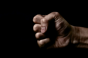 黒背景に男性の握った手の写真素材 [FYI00381965]