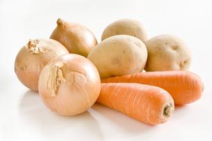 白色の背景に複数の野菜の写真素材 [FYI00381966]