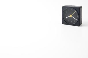 白背景に目覚まし時計のアップの写真素材 [FYI00381967]