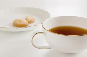 紅茶とクッキーの写真素材 [FYI00381968]