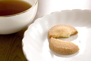 紅茶と割れたクッキーの写真素材 [FYI00381970]
