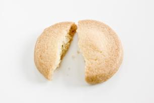 割れたクッキーの写真素材 [FYI00381973]