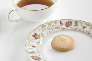 1杯の紅茶と1枚のクッキーの写真素材 [FYI00381975]