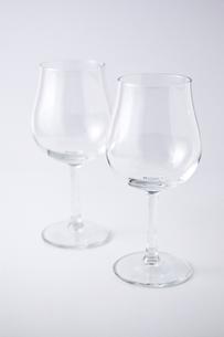 白背景に2個のワイングラスの写真素材 [FYI00381976]