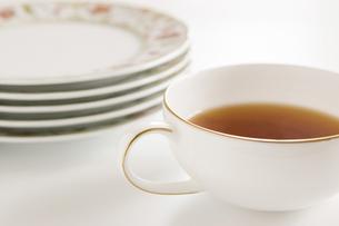 1杯の紅茶と重ねたお皿の写真素材 [FYI00381977]