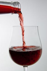 ワインを注ぐの写真素材 [FYI00381982]