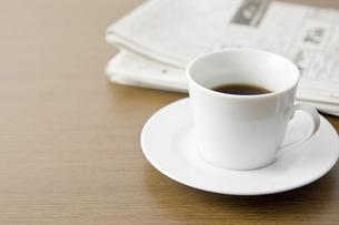 コーヒーと新聞紙の写真素材 [FYI00381983]
