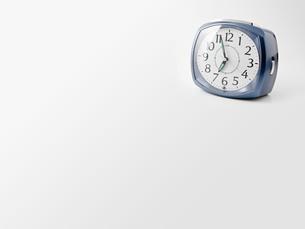 白背景に目覚し時計の写真素材 [FYI00381986]