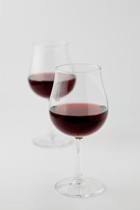 白背景に2個の赤ワインの写真素材 [FYI00381987]