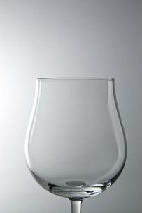 白背景にワイングラスのアップの写真素材 [FYI00381988]