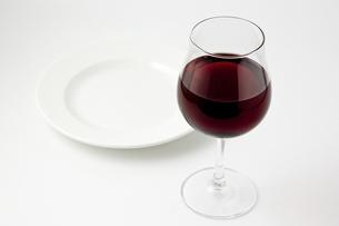 白背景にワインとお皿の写真素材 [FYI00381989]