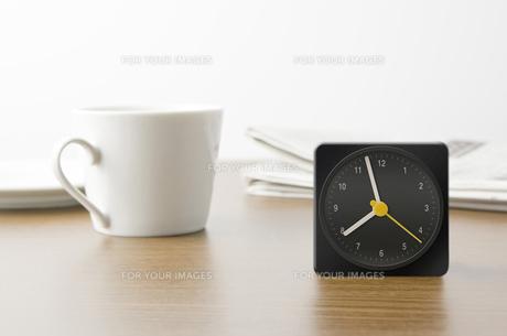 卓上時計とコップと新聞の写真素材 [FYI00381992]