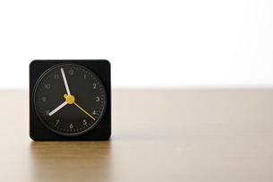 卓上の目覚し時計の写真素材 [FYI00381993]