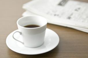 コーヒーと新聞紙の写真素材 [FYI00381995]