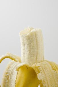 白背景に皮を剥いたバナナのアップの素材 [FYI00382001]