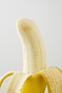 白背景に皮を剥いたバナナのアップの素材 [FYI00382002]
