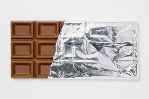 白背景に銀紙に包んだチョコレートのアップの写真素材 [FYI00382005]
