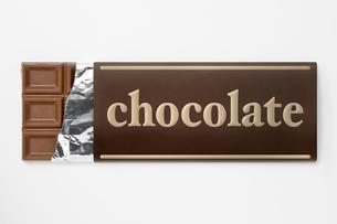 包み紙にはいった板チョコレートのアップの写真素材 [FYI00382006]