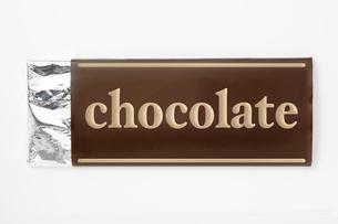 白背景に板チョコレートのパッケージのアップ の写真素材 [FYI00382007]