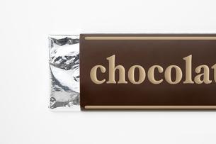 白背景に板チョコレートのパッケージのアップ の写真素材 [FYI00382009]