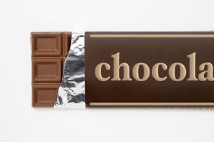 白背景に包み紙にはいった板チョコレートのアップの写真素材 [FYI00382015]