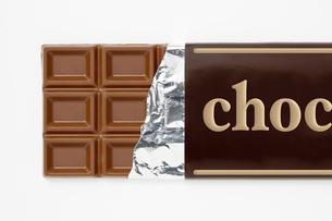 白背景に包み紙にはいった板チョコレートのアップの写真素材 [FYI00382020]