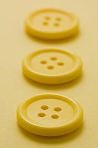 黄色の洋服ボタンのアップの写真素材 [FYI00382074]