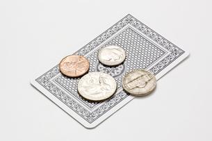 白背景にトランプとお金の写真素材 [FYI00382078]