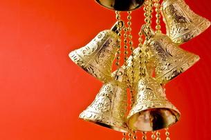 金色のベルのクリスマス飾りの写真素材 [FYI00382190]