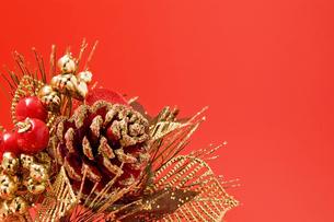 松ぼっくりのクリスマス飾りの写真素材 [FYI00382194]