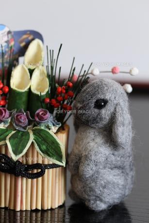 2011 干支 ウサギと門松の写真素材 [FYI00382291]