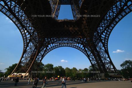 エッフェル塔の足元から見上げるの写真素材 [FYI00382330]