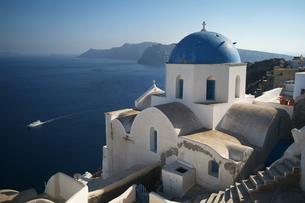 エーゲ海を見下ろすサントリーニ島の教会の素材 [FYI00382364]