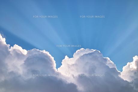 雲間からあふれだす陽光の素材 [FYI00382384]