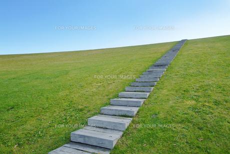 青空へ向かう階段の素材 [FYI00382399]