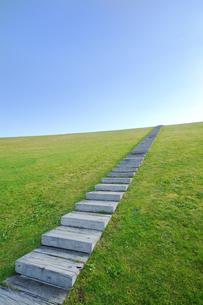 青空へ向かう階段の素材 [FYI00382400]