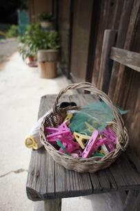 いすの上の洗濯バサミの写真素材 [FYI00382418]