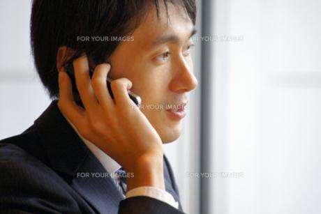 iPhoneで電話をする男性の写真素材 [FYI00382480]