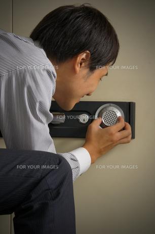 金庫を開けようとする男性の写真素材 [FYI00382508]