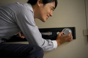 金庫を開けようとする男性の写真素材 [FYI00382514]