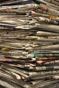積み重なる新聞紙の写真素材 [FYI00382554]