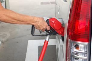 セルフのガソリンスタンドでの給油の写真素材 [FYI00382607]