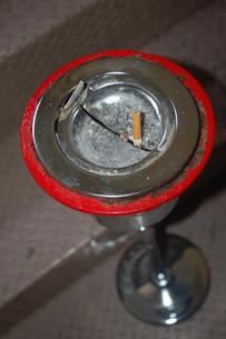 灰皿から飛び出している吸殻の写真素材 [FYI00382653]