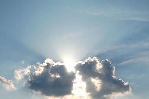 雲と雲から漏れる太陽の光の写真素材 [FYI00382667]