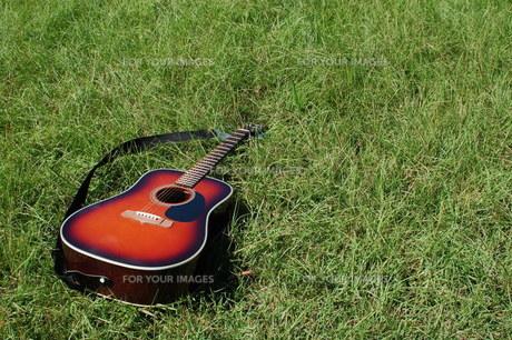 自然とギターの写真素材 [FYI00382690]