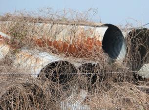 筒状のトタンの廃棄物の写真素材 [FYI00382791]