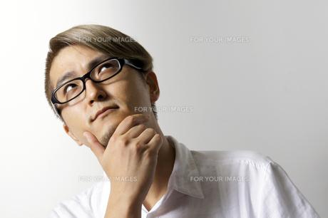考える男性の写真素材 [FYI00382796]