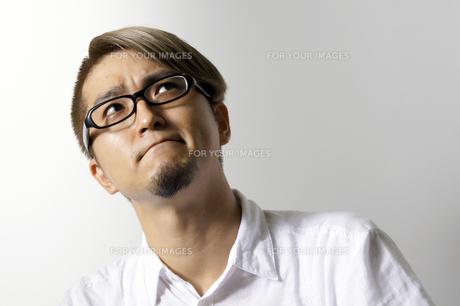 考える男性の写真素材 [FYI00382802]