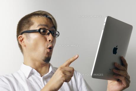 iPadを操作する男性の写真素材 [FYI00382806]
